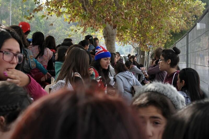 Varias seguidoras se congregaron afuera del hotel donde se hospedaba el quinteto británico.