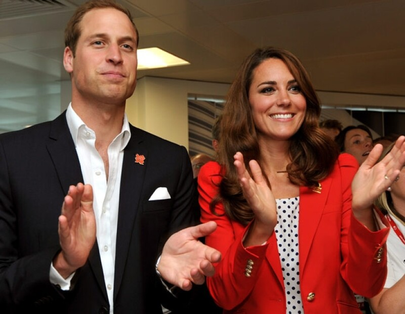 El fin de semana la duquesa atrajo especialmente la atención, pues combinó su outfit carmín con la corbata del príncipe Guillermo; muchos medios la denominaron así por lo bien que luce con este color.