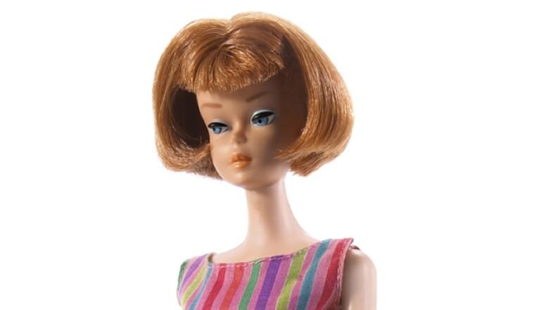 """En los 60, lucía con maquillaje en los ojos, cejas arqueadas y ojos azules por primera vez. Además, fue vendida con un tercer color de pelo, """"tiziano"""", un término popular que se le daba al pelo rojo en ese momento."""