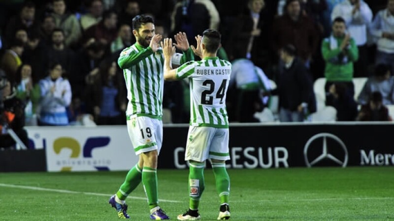 El jugador Rubén Castro celebra con su compañero el triunfo ante Girona en Sevilla, el sábado
