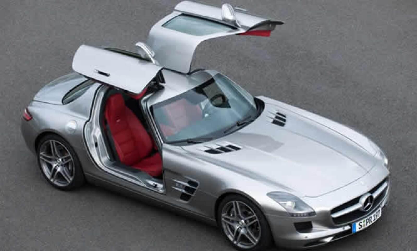 """lo que más llama la atención de su exterior es la apertura de puertas de abajo hacia arriba, que Mercedes-Benz denomina tipo """"ala de gaviota""""."""