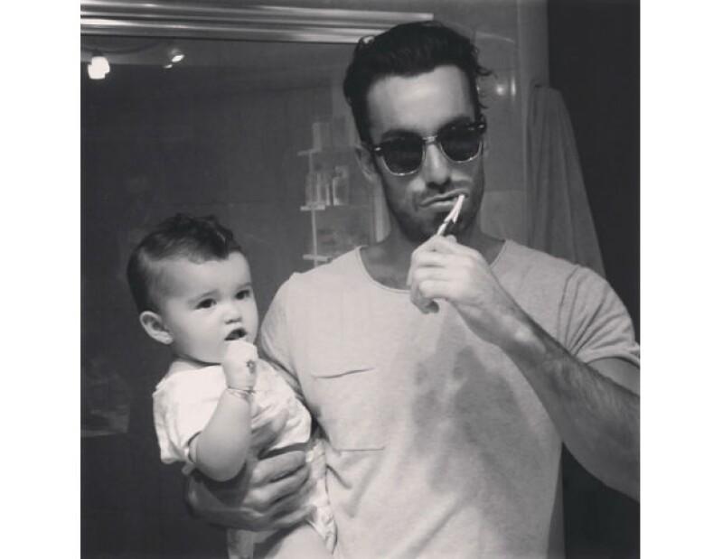 Aarón comparte orgulloso algunos momentos con su pequeña hija Erin.
