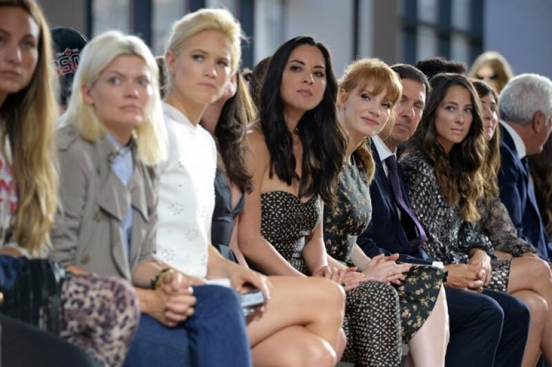 Las modelos Cody Horn y Olivia Munn se sentaron junto a Jessica Chastain para admirar la pasarela.