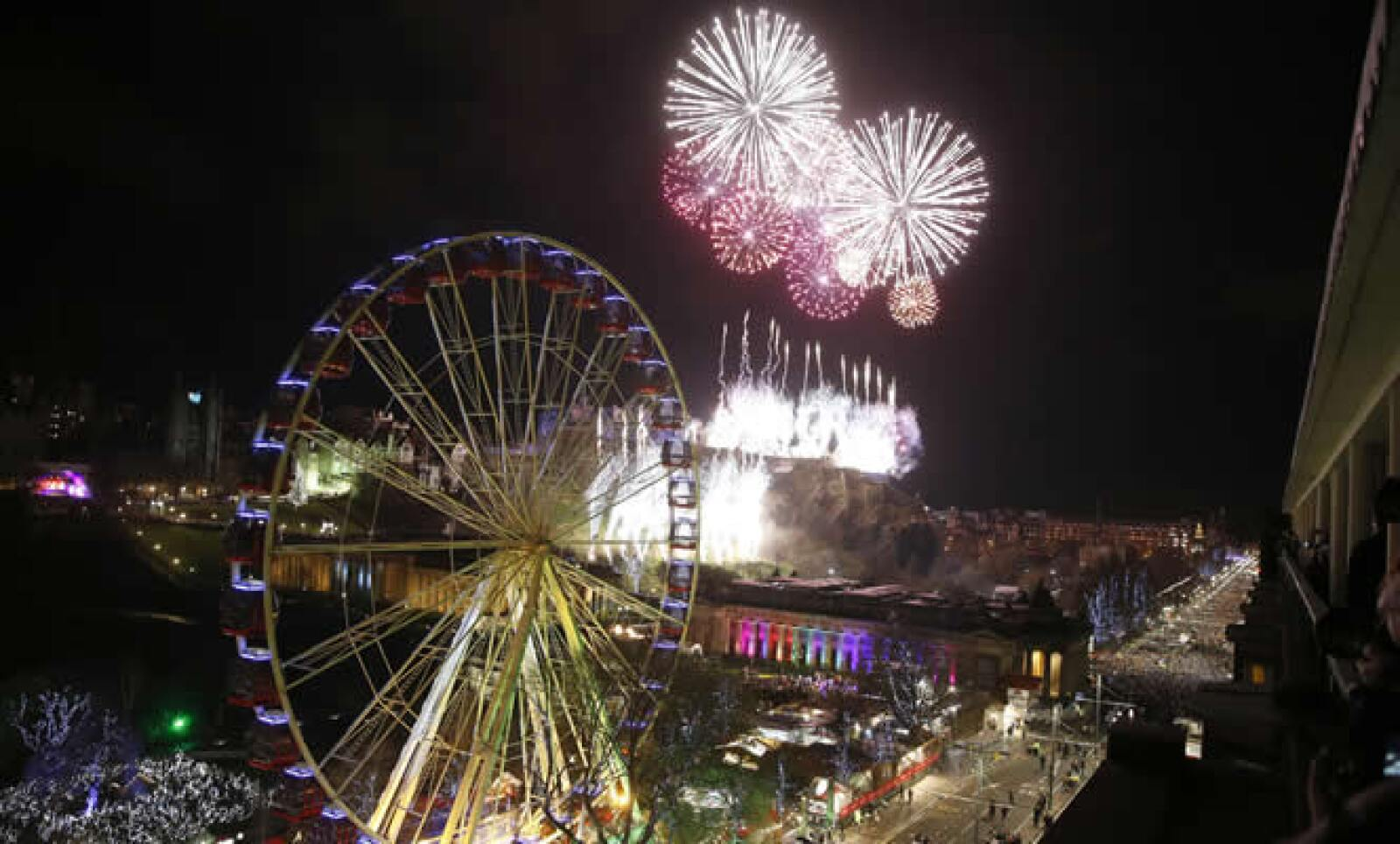 Fuegos artificiales explotan sobre el Castillo de Edimburgo, en Escocia, durante las celebraciones del Año Nuevo.