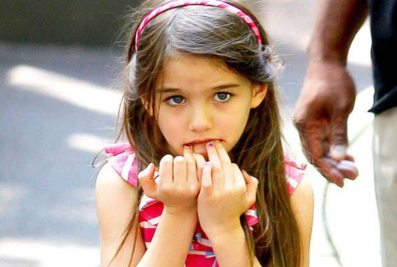 Seguro que Katie Holmes no estará muy contenta de que su hija muerda sus uñas.