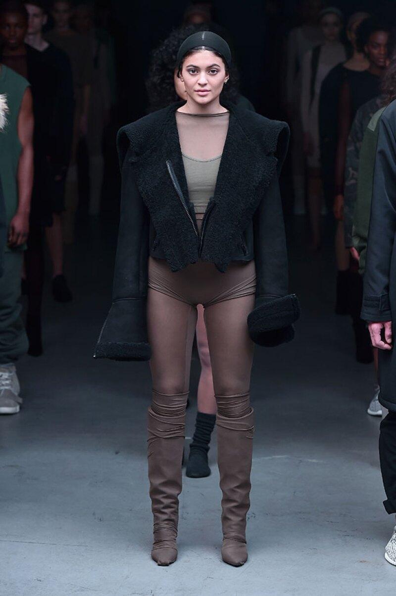 La menor del clan kardashian-Jenner apareció como modelo en la pasarela que su cuñado realizó para Adidas, demostrando que el modelaje también podría ser lo suyo.