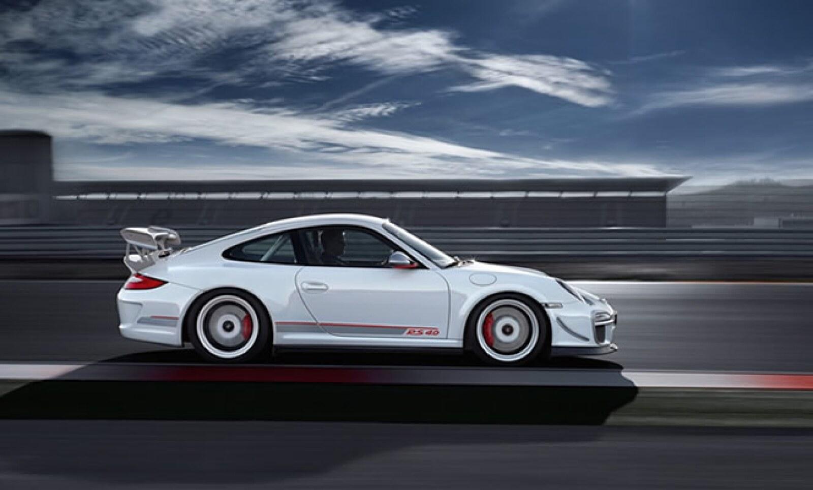 Alcanza los 100 kilómetros por hora en poco menos de 3.8 segundos y su velocidad máxima supera los 320 km/h.
