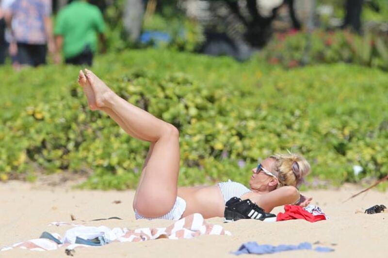 La cantante presumió su hot body y sus habilidades a la hora de estirarse y hacer splits mientras disfrutaba de la playa.