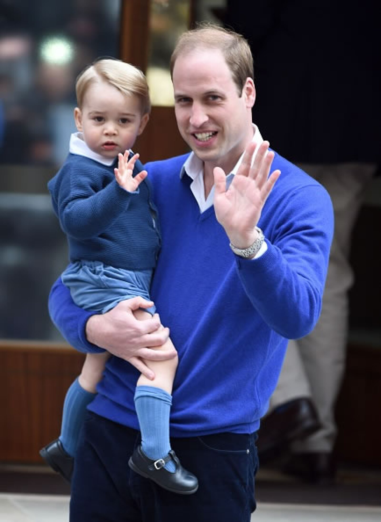 George y William de Cambridge saludan al llegar al hospital a conocer a la nueva princesa.
