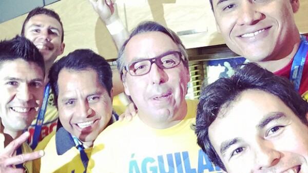 El piloto mexicano de Fórmula 1 volvió realidad su sueño de celebrar el campeonato del equipo en los vestidores. Publicó una selfie junto a Emilio Azcárraga y los jugadores.