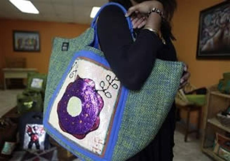 Aparatos como el iPhone han reducido poco a poco el peso medio de los bolsos. (Foto: AP)