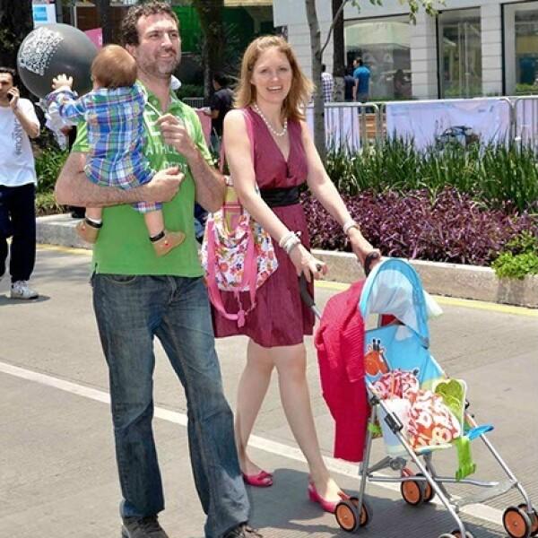 Miguel Ovalle y Guadalupe Guzmán con su bebita en el paseo Masaryk.