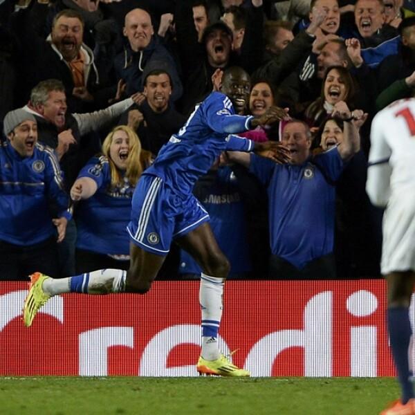 Demba Ba de Chelsea corre y celebra tras anotar el gol decisivo con el que el equipo inglés selló su pase a cuartos de final de la ?Champions?