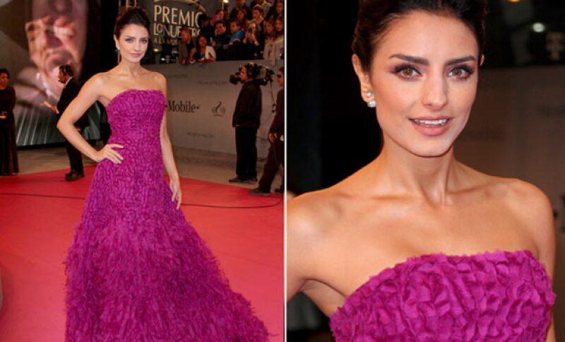 Aislinn destacó su gran belleza con ese vestido en un rosa mexicano.