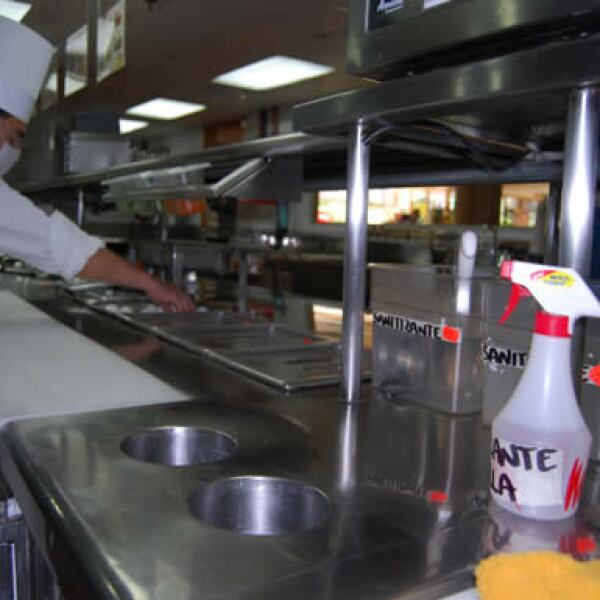Bajo las medidas sanitarias de la Secretaría de Salud, las cocinas y otros lugares dentro de los restaurantes han sido desinfectados para evitar el esparcimiento del virus.