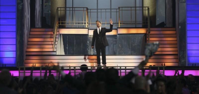 El cantante, quien fue recibido con una gran ovación al principio de la ceremonia, criticó la nueva ley de Arizona para combatir la inmigración ilegal.