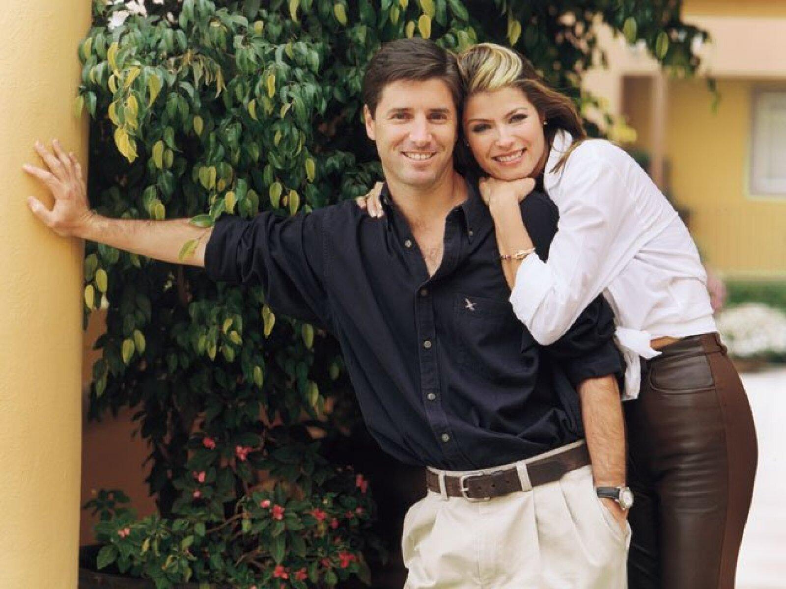 Mónica Gallardo y Víctor Barreiro se conocieron un 30 de abril de 1988. En 1993 Víctor le pidió unieran sus vidas y sí lo hicieron. Actualmente tienen dos hijos y radican en la ciudad de México.
