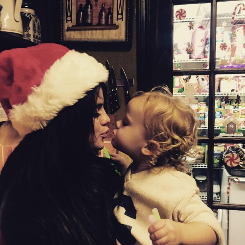 La cantante de 22 años pasó la navidad rodeada de los que más quiere, como su hermanita Sissy.