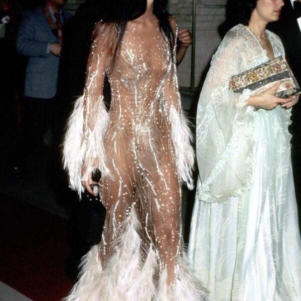 Cher en vestido de Bob Mackie en Met Gala 1974.jpg