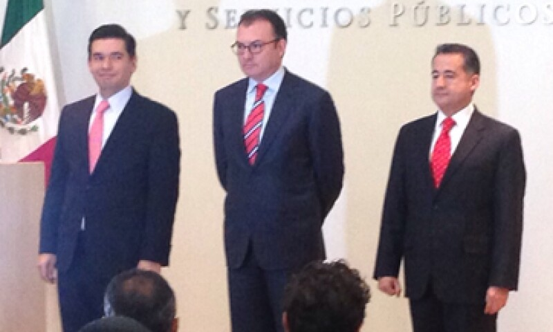 Abraham Zamora Torres (derecha) dijo que buscará detonar el crédito para la construcción de carreteras y otras obras.  (Foto: Carmen Luna)
