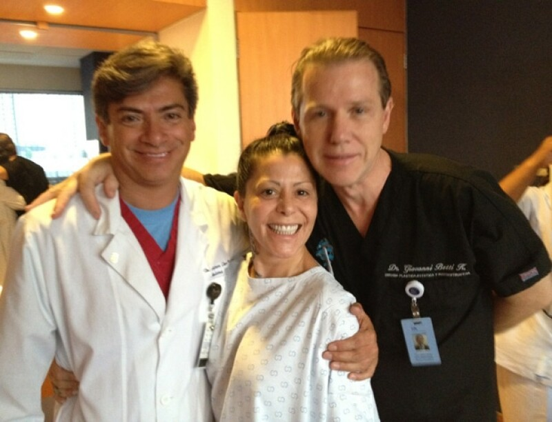 La cantante compartió esta imagen en donde luce muy animada a pesar de estar en el hospital.