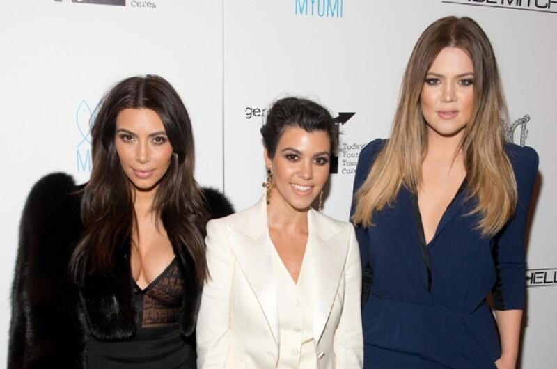 Las tres hermanas acudieron a un club nocturno en Nueva York, donde Kim fue premiada por realizar obras de caridad.