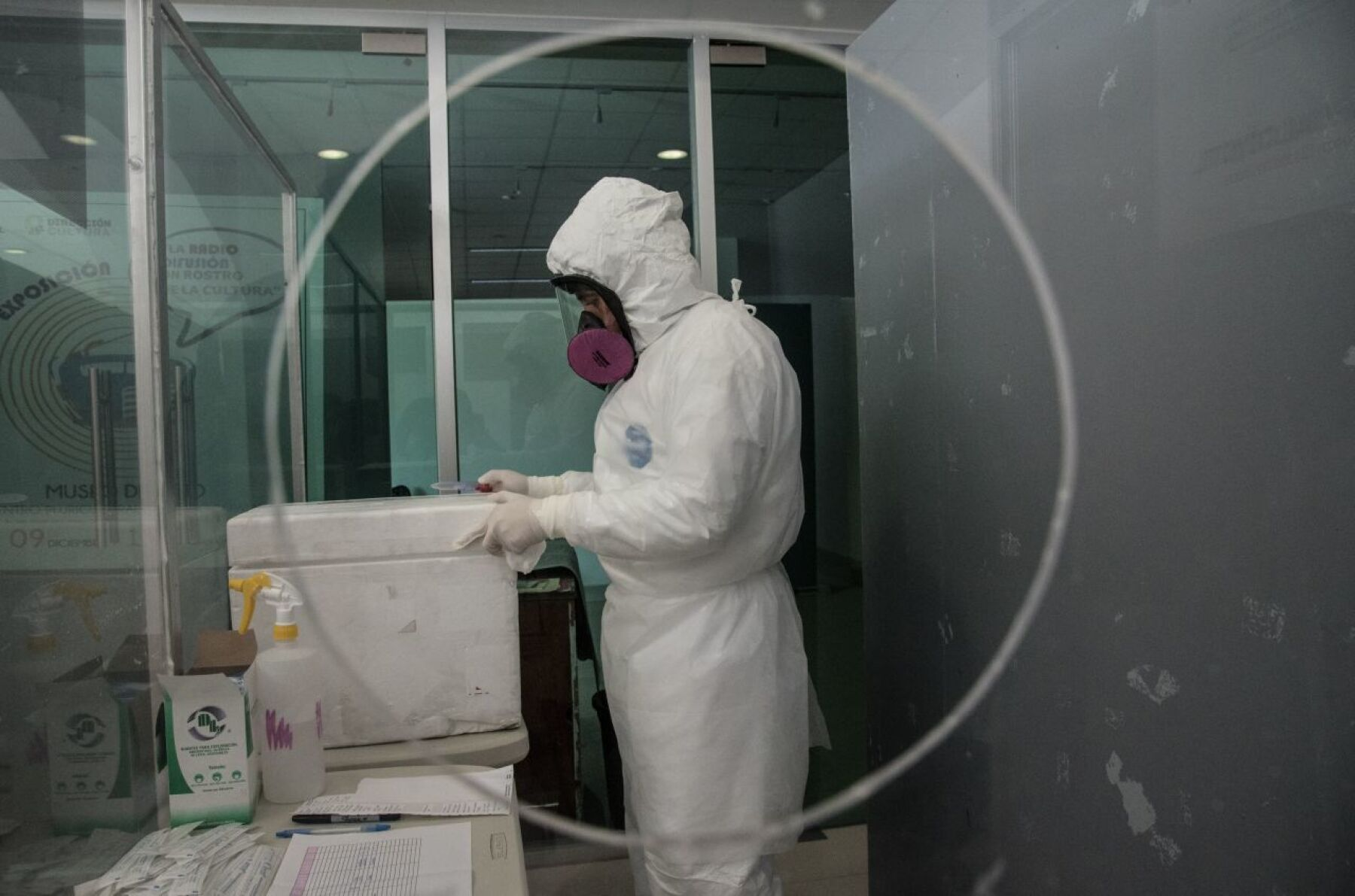 El Hospital Regional de Alta Especialidad de Iztapaluca realiza cerca de 500 pruebas para detectar covid-19 a vecinos de la entidad. La prueba incluye un registro sanguíneo para determinar si el virus es capaz de transmitirse por esta vía.. Las pruebas