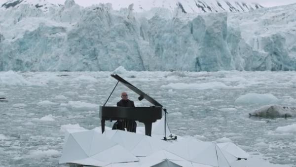 Ludovico Einaudi tocó el piano en apoyo a Greenpeace para salvaguardar el Ártico y evitar su proceso de destrucción.