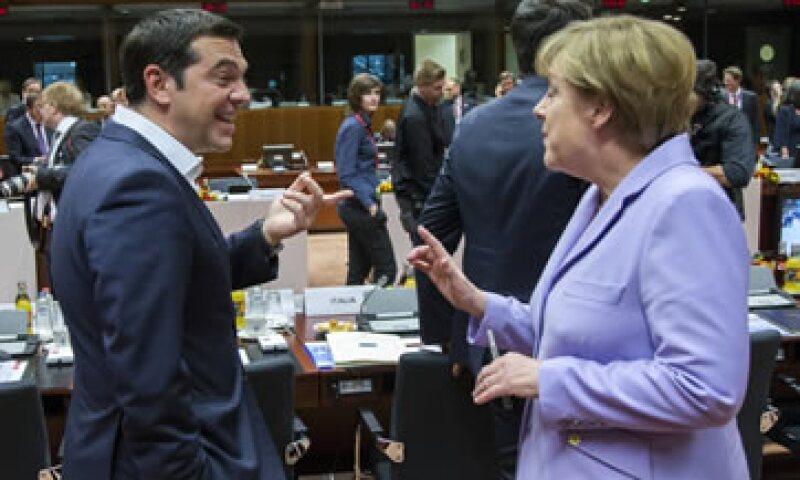 Tsipras y Merkel durante la cumbre de líderes de la Unión Europea de este jueves. (Foto: Reuters )
