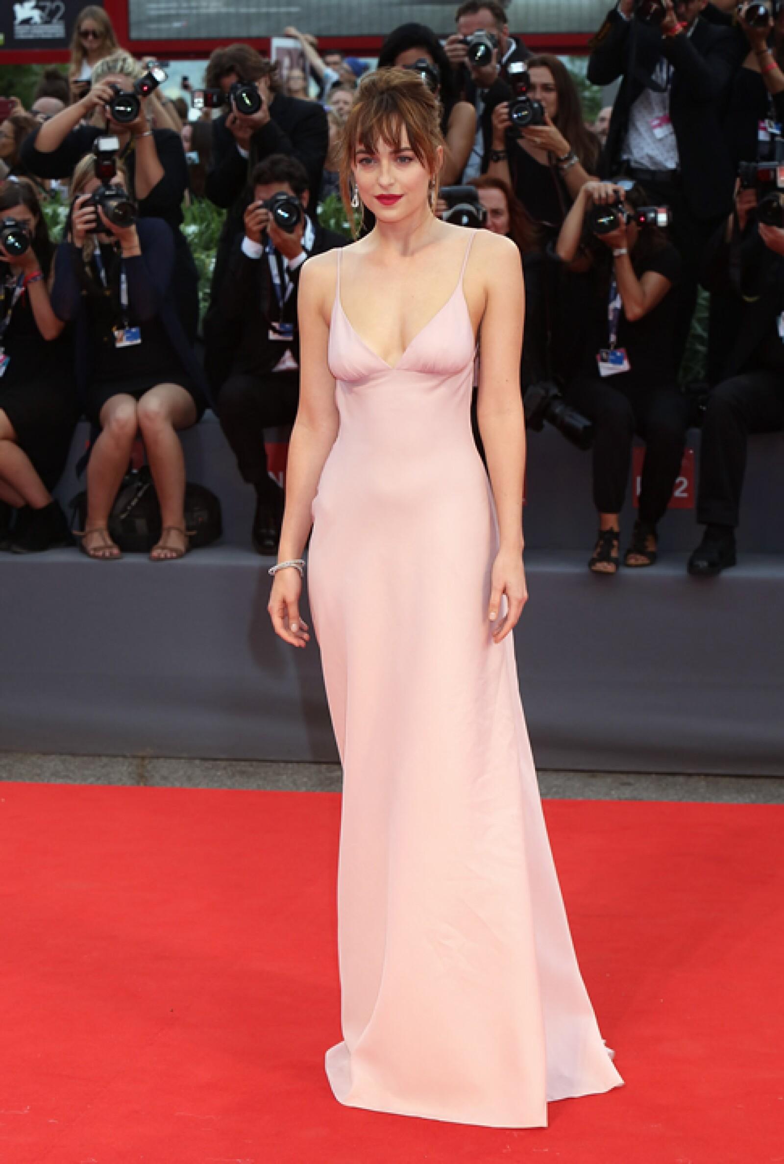 Para la premiere de `Black Mass´, Dakota Johnson llevó un vestido sencillo de Prada que complementó con hermosas joyas de Chopard.