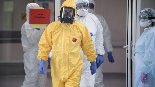 El presidente ruso Vladimir Putin visita un hospital para pacientes infectados con la enfermedad por coronavirus, en las afueras de Moscú.