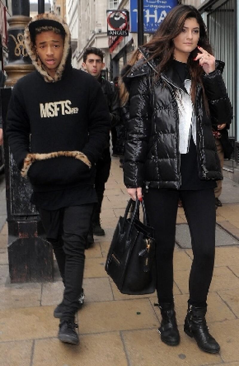 El joven actor y la hermana menor de las Kardashian fueron captados luego de una cita que tuvieron en un café londinense.