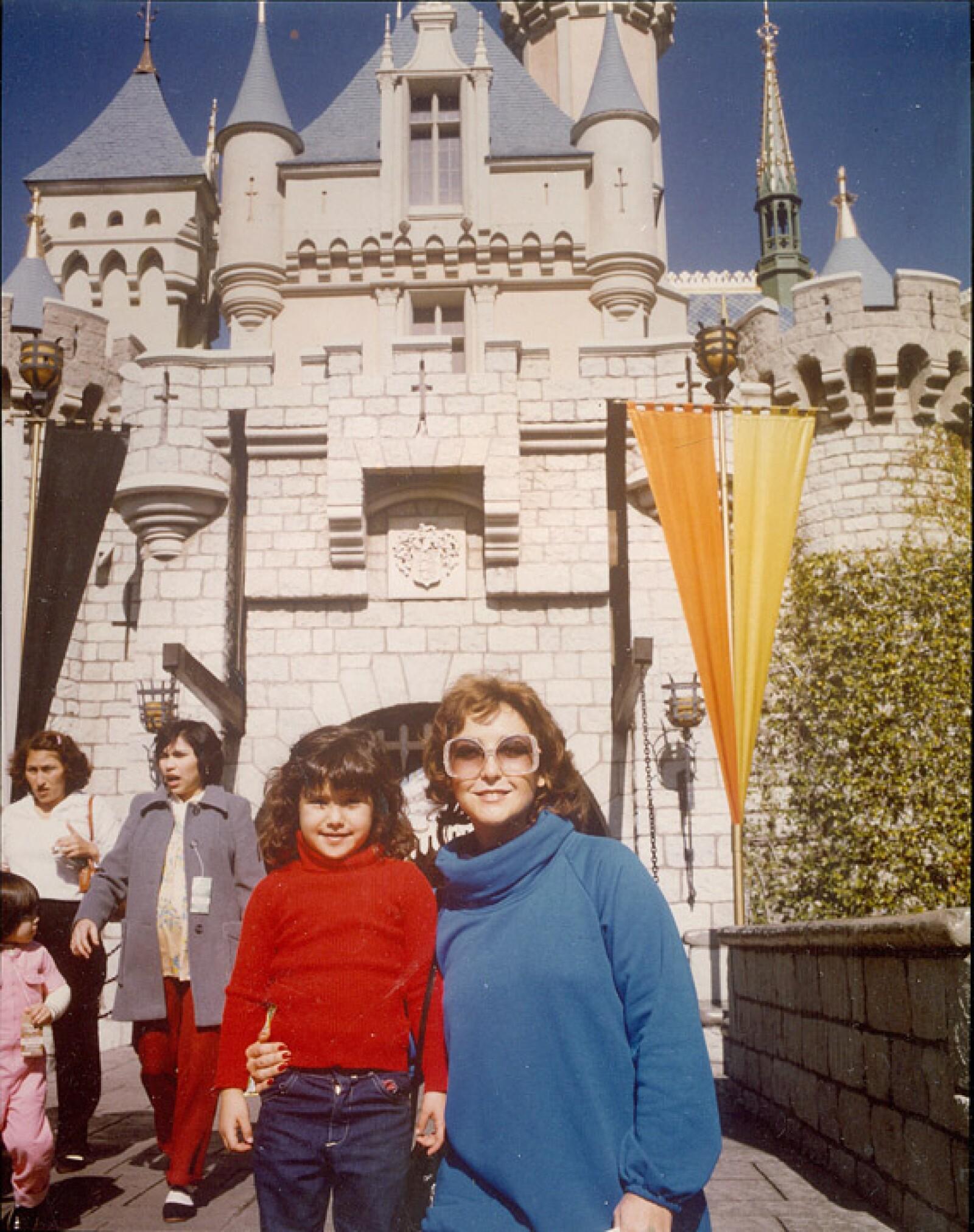 Hace mucho tiempo Angélica María regaló a Angélica Vale unas vacaciones en Disney.