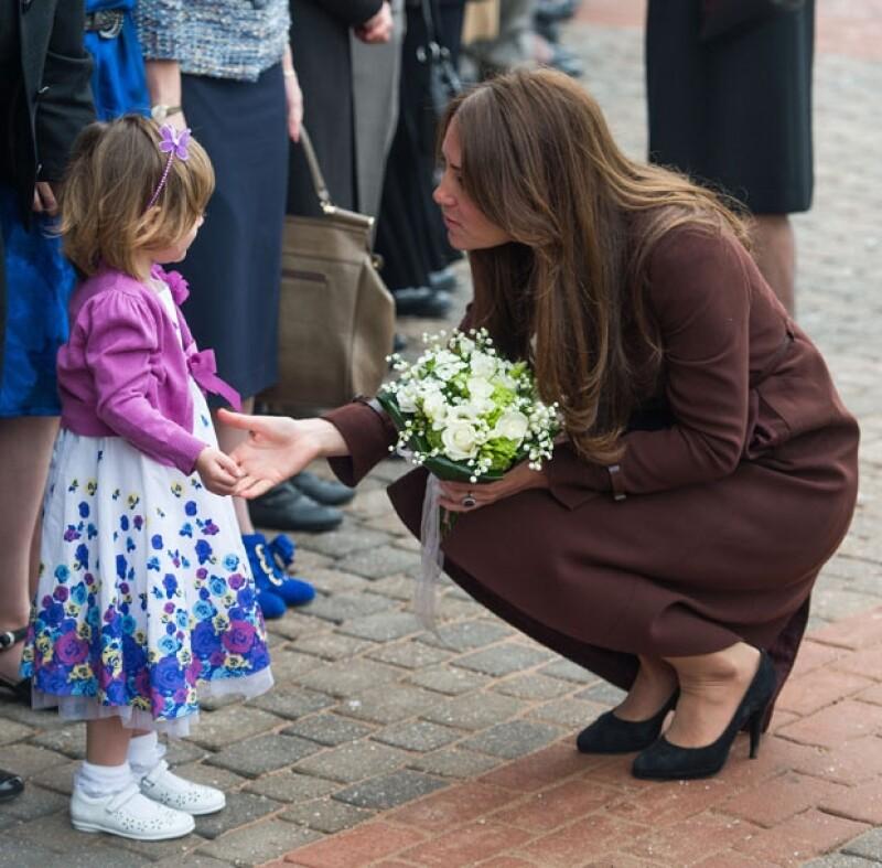 Una pequeña le regaló un ramo de flores.