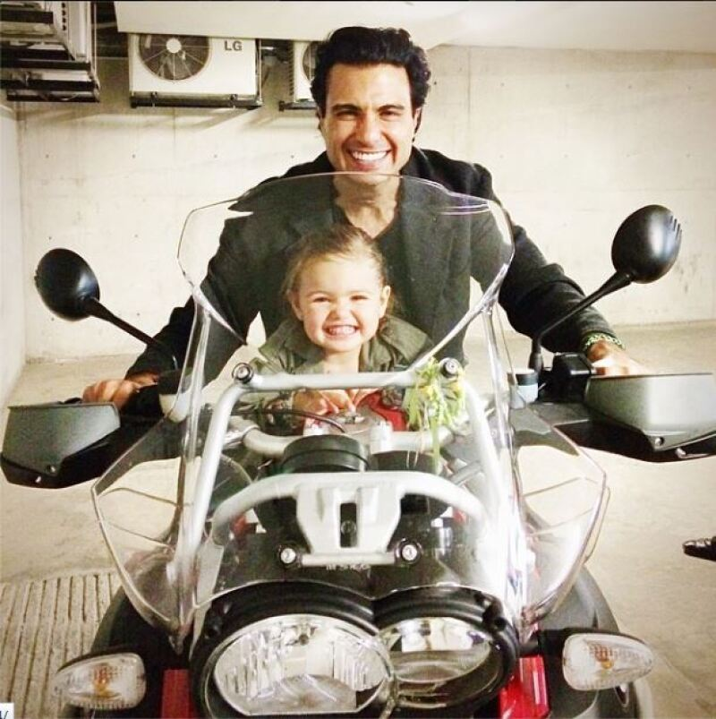 Jaime Camil compartió en abril pasado esta imagen junto a su hija.