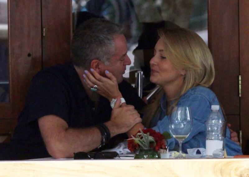 La pareja fue fotografiada mientras comía en un restaurante de la Ciudad de México; no paraban de besarse y acariciarse y hasta saludaron a la cámara que los captaba.