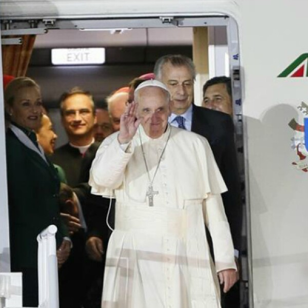Francisco saluda al salir del avión que lo trasladó de La Habana a la Ciudad de México.