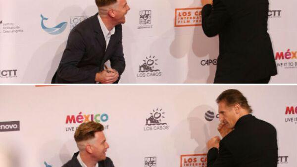 Un momento para el recuerdo fue el que protagonizaron Ewan McGregor y Liam Neeson a su paso por la red carpet de clausura de Los Cabos International Film Festival.