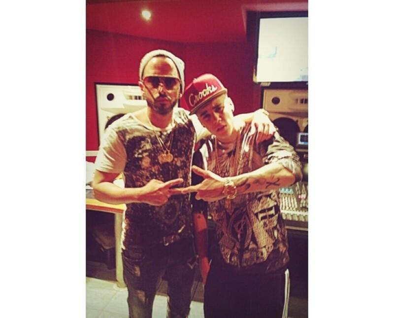 Yandel compartió fotos junto al astro pop en el estudio donde prepara su sencillo como solista. La imagen ha levantado especulaciones sobre una probable colaboración entre ellos.