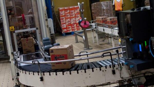 Un robot italiano llena las cajas con galletas empaquetadas. Acomoda 121 paquetes por minuto.