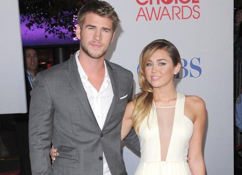 El 31 de mayo su novio, el actor Lian Hemsworth le propuso matrimonio a la cantante y la sortija que le dio es de oro con un diamante de 3.5 kilates.