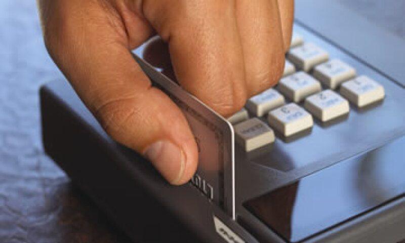 La implementación de chip aumenta en más de dos veces el costo de los plásticos, afirma Banamex. (Foto: Thinkstock)