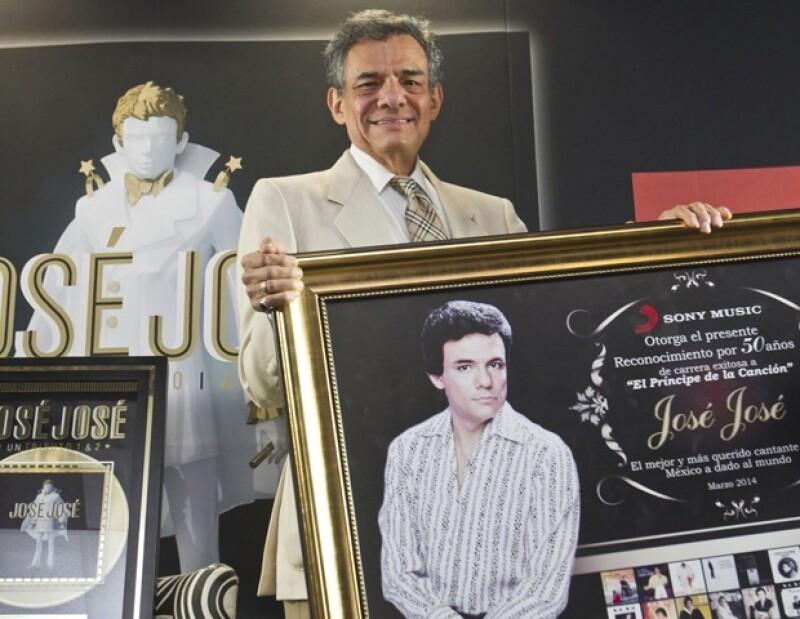 José José recibió Disco de Oro y un reconocimiento por sus 50 años carrera por parte de Sony Music.