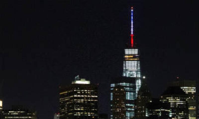 Los colores de la bandera francesa dieron luz al edificio de Nueva York. (Foto: AFP)