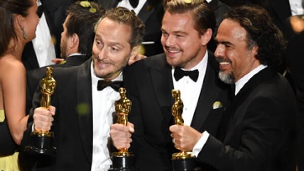 Lubezky, DiCaprio e Iñárritu posan con sus estatuillas (Foto: Getty Images)