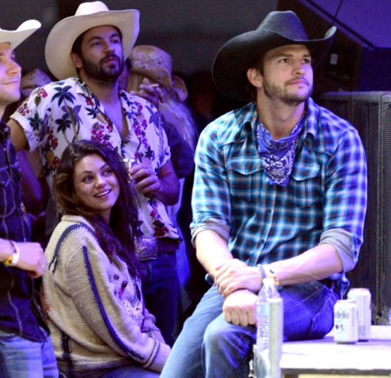 Mila y Ashton en un evento reciente de música country.
