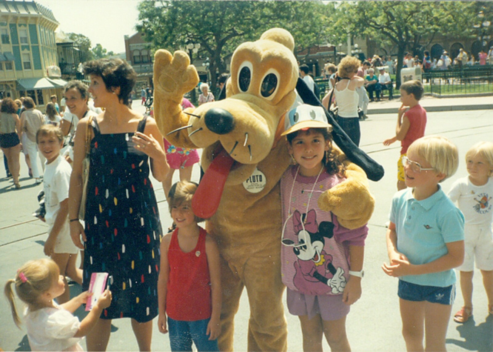 Y se tomó fotos con los mejores personajes del parque de diversiones.
