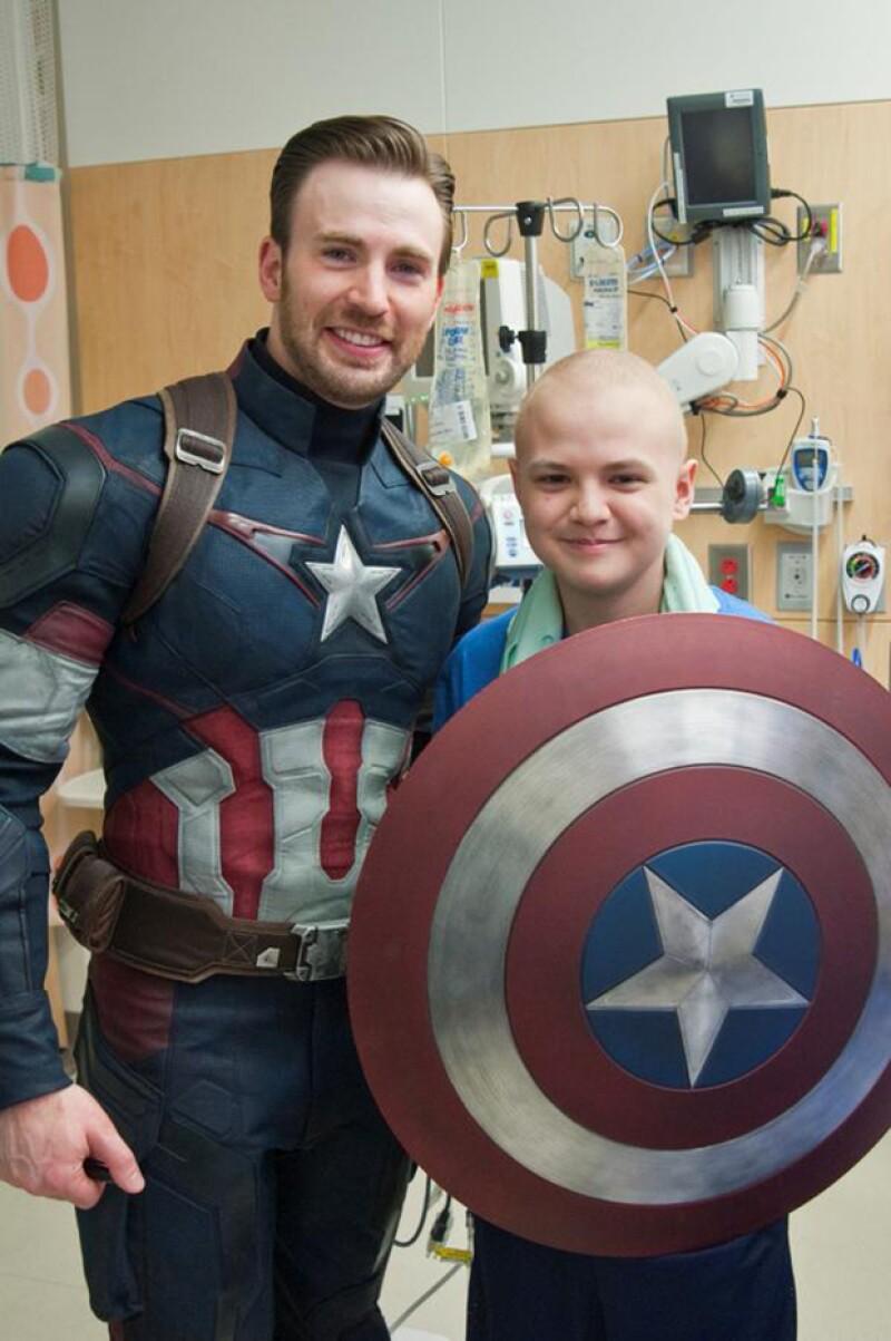 Vestido de Capitán América, el actor se paseo por los pasillos del hospital.