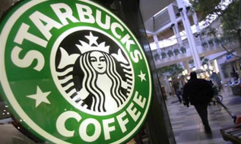 La estrategia de Starbucks busca introducir un nuevo producto en sus cafeterías y luego expandir la oferta en productos de consumo envasados. (Foto: AP)