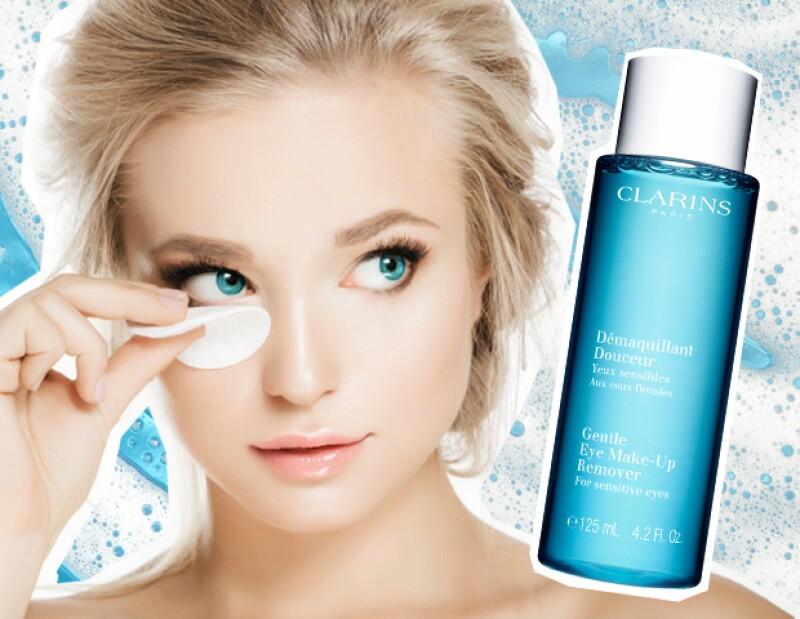 El primer paso es despintarte los ojos con productos especiales.